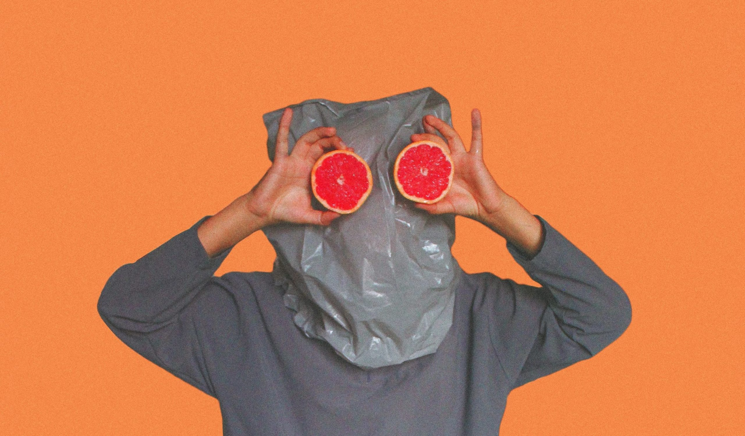 משיכה - איש עם שק על הראש ותפוזים בתור עיניים
