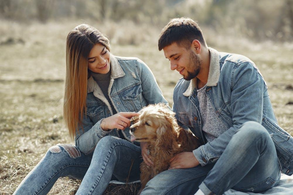 להתחיל עם בחורה וכלב